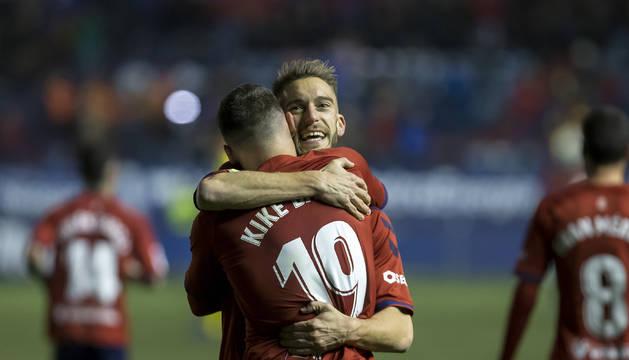 Roberto Torres y Kike Barja se funden en un abrazo tras el segundo gol de Osasuna, que supuso la remontada y estrenar el año con victoria en El Sadar.