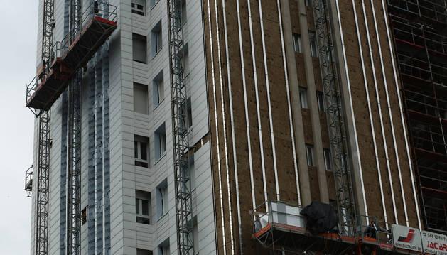 Imagen de rehabilitación de una fachada con una envolvente térmica en un edificio de Barañáin.