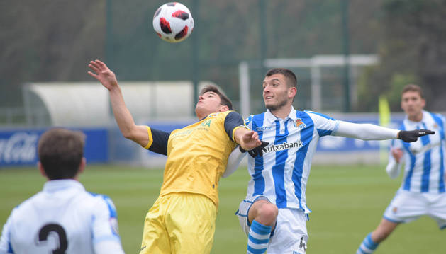 Gorka Laborda intentando controlar el balón ante la defensa de los jugadores del Real Sociedad B.