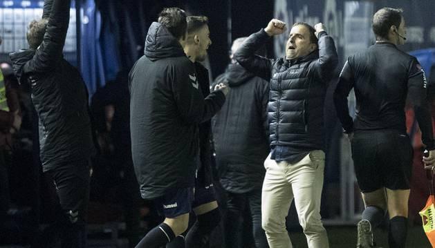 Jagoba Arrasate celebra uno de los goles de Osasuna.