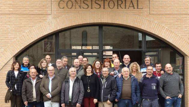 Los empleados homenajeados junto con los representantes municipales en la puerta del consistorio mendaviés.