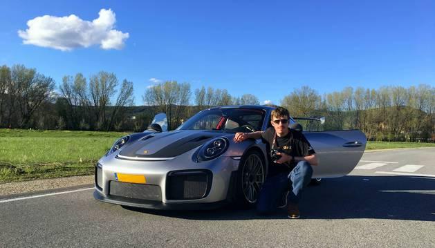 Foto de Alejandro Torrens posa con el Porsche GT2RS Weissach Package  al que le dejaron fotografiar en las afueras de Pamplona.