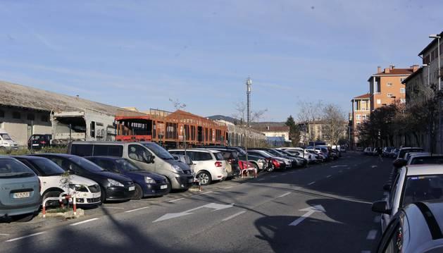Vista de la calle del Muelle, en San Jorge, donde es realmente complicado encontrar sitio para aparcar.