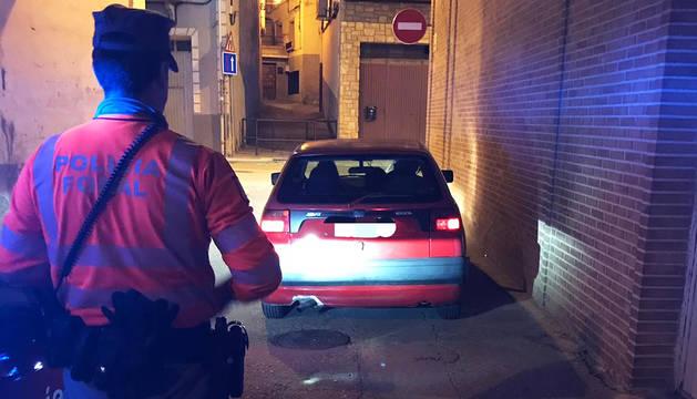 Foto de un agente de Policía Foral ante el vehículo inmovilizado.