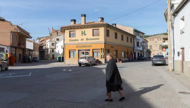 foto de Una vecina camina por la plaza de la Noria, que ahora va a ser renovada junto con otras calles céntricas del casco urbano de Arguedas.