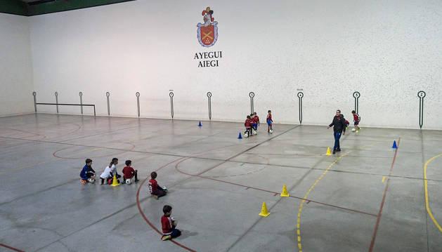 foto de Jornada de entrenamientos este martes por la tarde en la pista del polideportivo de Ayegui.