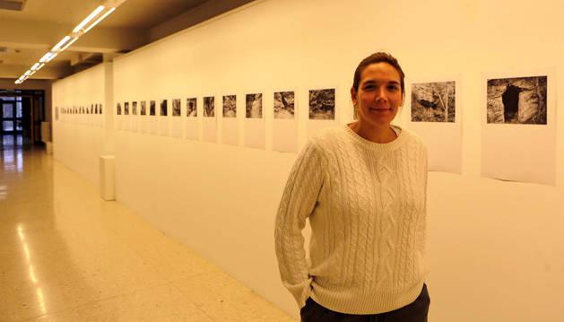 Mendia Echeverria Ayucar, ayer, en la exposición que ha inauguró en el edificio de El Sario con fotografías de las cuevas de Lerín.