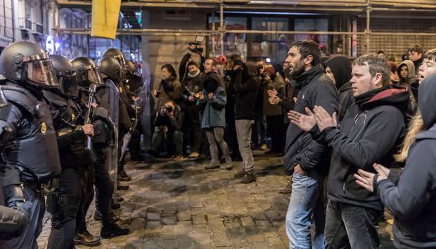 Algunos manifestantes se encaran a agentes de antidisturbios de Policía Nacional.