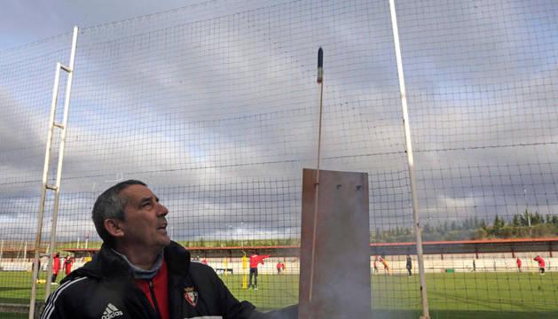 El jardinero Candi Sánchez prende la mecha de los cohetes en Tajonar esta mañana