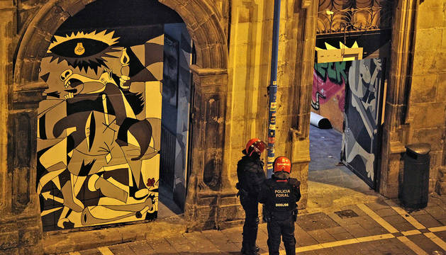 Agentes de la Policía Foral entran en el okupado Palacio Marqués de Rozalejo