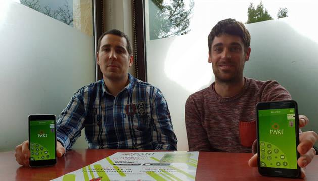 Carlos Faro Carballa (izda.) y Ander Magallón Lusarreta muestran la nueva 'app' participativa de Esteribar.