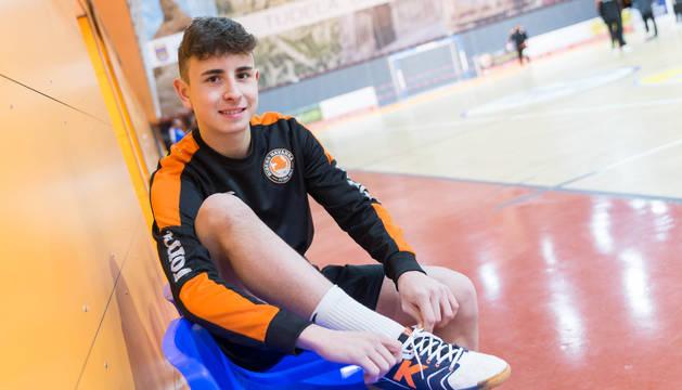 El jugador del Aspil-Vidal Ribera Navarra Uge, antes de comenzar un entrenamiento.