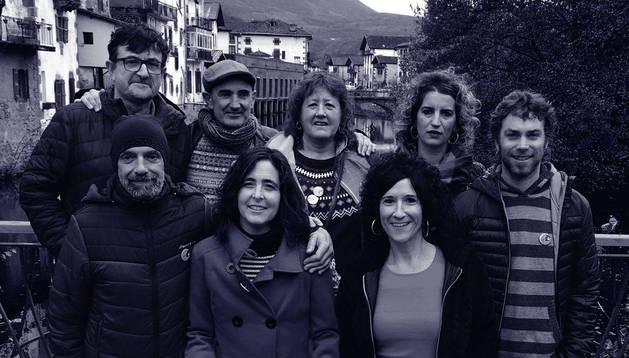 foto de El equipo que organiza (H)ilbeltza, posando en Elizondo junto al cartel de esta edición, que se celebrará la próxima semana.