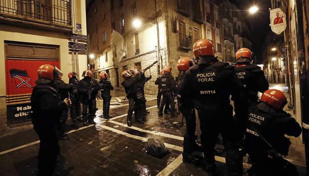 foto de Carga policial en el casco viejo de Pamplona durante una