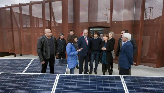 Vergara, Domínguez, Barkos y Moracho atienden a las explicaciones de la arquitecta.