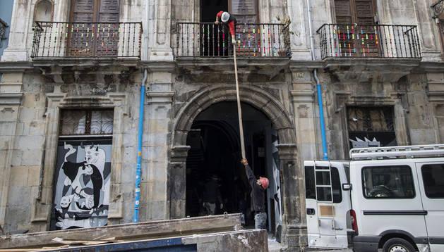 Operarios sacan material del Palacio de Rozalejo