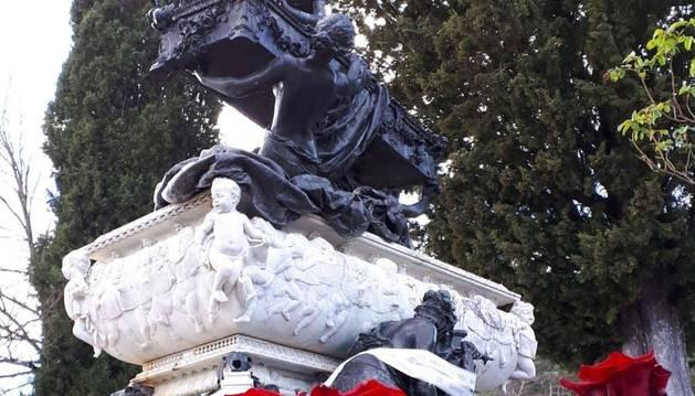 El mausoleo de Gayarre lucía colorido tras el homenaje.