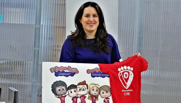 Itziar Rubio Ilundáin, con la portada y las camisetas que se hicieron para promocionar el libro.