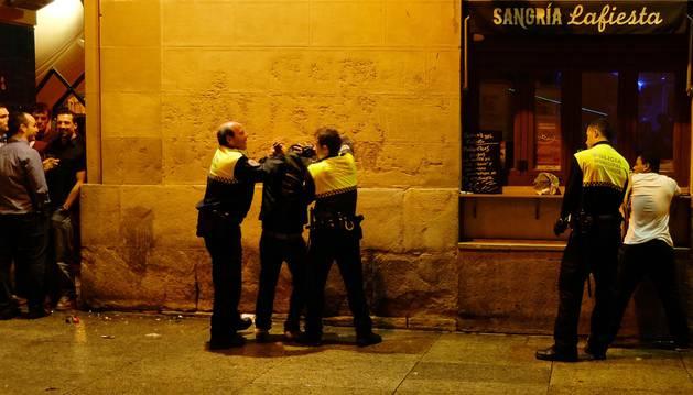 Agentes de Policía Municipal de Pamplona intervienen en una pelea en Pamplona, en una imagen de archivo.