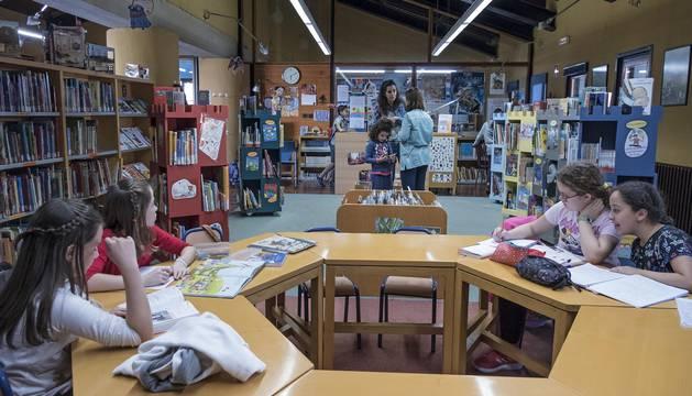 La biblioteca de Estella es la única de la merindad que mantiene el horario de apertura continuo, de 9 de la mañana a 21 horas.