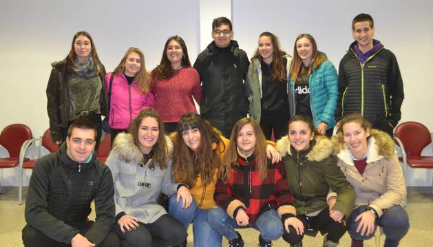 La nueva junta directiva de la asociación juvenil La Carrera posa tras la elección.