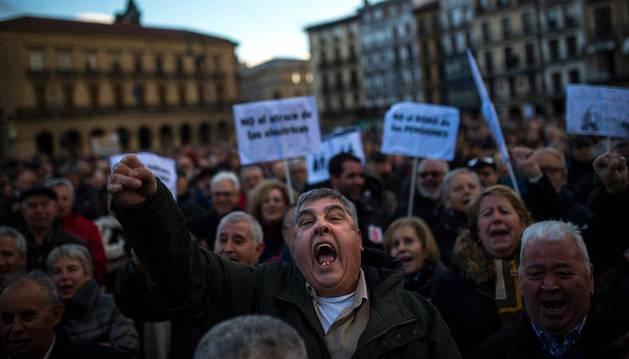 Un hombre, gritando durante la manifestación en Pamplona del 17 de marzo para reclamar pensiones dignas. La fotografía se publicó en Navarra.com.