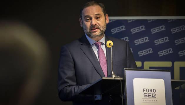 El ministro de Fomento, José Luis Ábalos, durante el desayuno informativo de la SER en el Muga de Beloso.