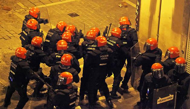 Efectivos de Policía Foral durante los enfrentamientos de este jueves en el Casco Viejo de Pamplona.