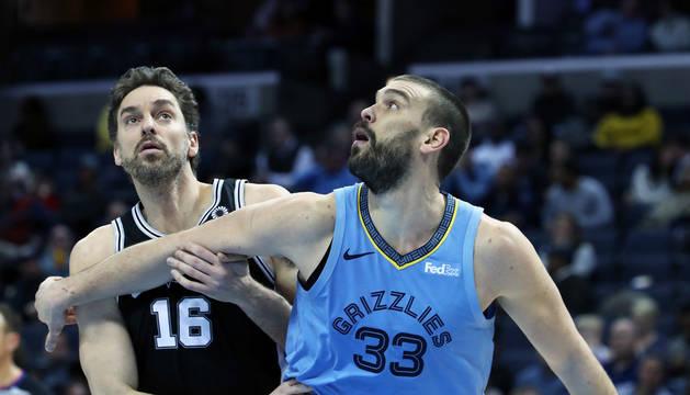 Marc Gasol (d) de los Grizzlies en acción ante Pau Gasol (i) de los Spurs.