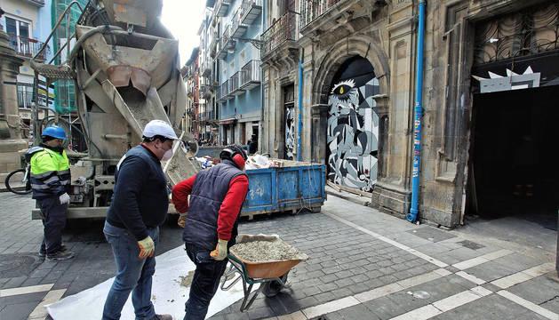 Comienzo de las obras para tapiar la puerta del gaztetxe Maravillas en el Palacio de Rozalejo.