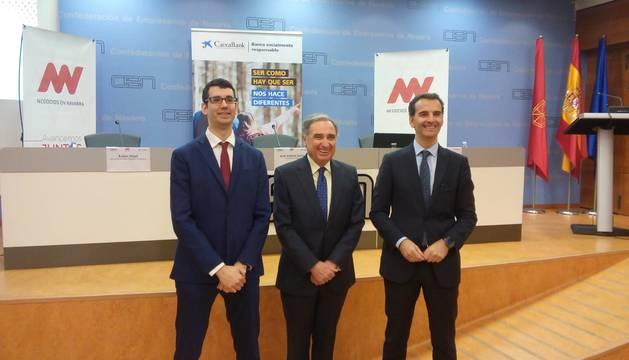 Presentación del Premio Empresario del Año 2018 por el director de Negocios en Navarra, Rubén Elizari; el presidente de la CEN, José Antonio Sarría; y el director de Empresas de CaixaBank en Navarra, José Luis Larríu.