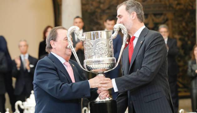 Juan de Dios Román recibe el premio de manos del rey, Felipe VI.