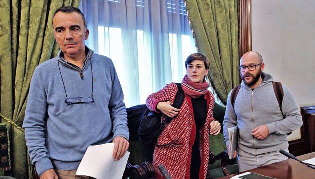 Manuel Millera, Laura Berro y Armando Cuenca, los tres concejales de Aranzadi que ayer se abstuvieron en la votación del presupuesto.
