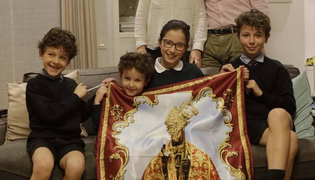 Sentados, desde la izquierda, Marcos, Javier, Leyre y Pablo Valentí Esquíroz. De pie, sus padres, María y Andrés.