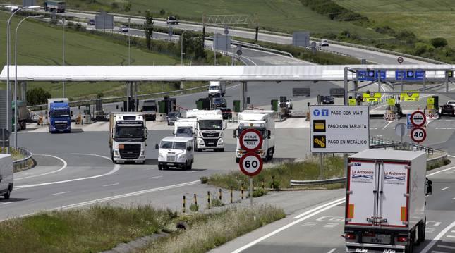 Vehículos atravesando el peaje de Zuasti de la Autopista de Navarra, en una imagen de archivo.