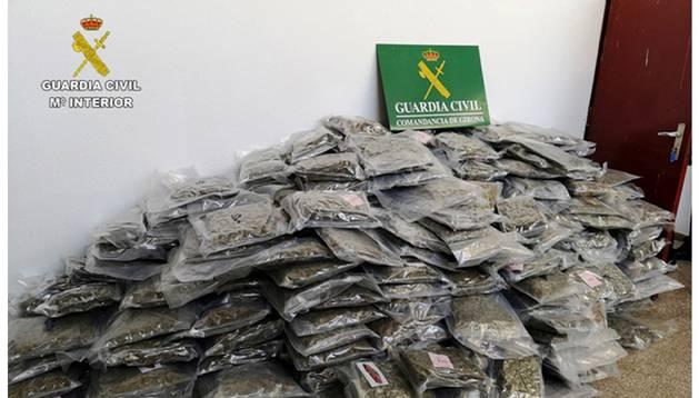 Combo de fotografías facilitadas por la Guardia Civil que ha intervenido en Cataluña un total de 2.700 kilos de marihuana ya procesada, la mayor incautación en España de este tipo de droga, cuyo destino era Reino Unido y Holanda, en una operación que se ha saldado con 25 detenidos en Barcelona, Tarragona, Girona y Vizcaya.