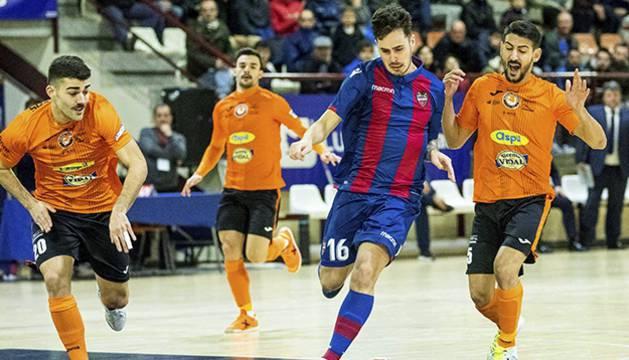Jorge Santos, del Levante UD FS, conduce el balón ante David Pazos y Lemine, del Aspil-Vidal Ribera Navarra.