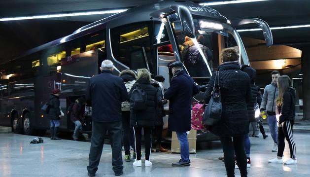 Foto de los pasajeros suben en el autobús que viaja a Valencia.