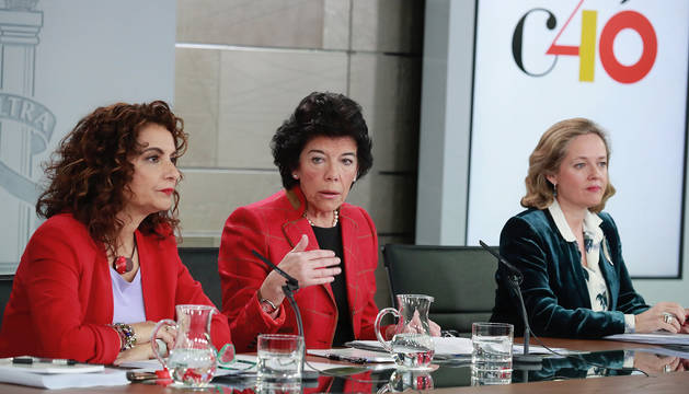 Isabel Celaá (c), la ministra de Hacienda, María Jesús Montero (i), y la de Economía, Nadia Calviño.