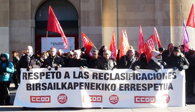 Imagen colgada en Twitter por CC OO de Navarra de la concentración contra el reparto de fondos adicionales.