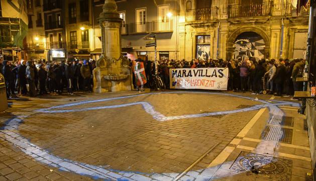 Intentan colocar una pancarta en el tejado de Rozalejo en una protesta sin incidentes
