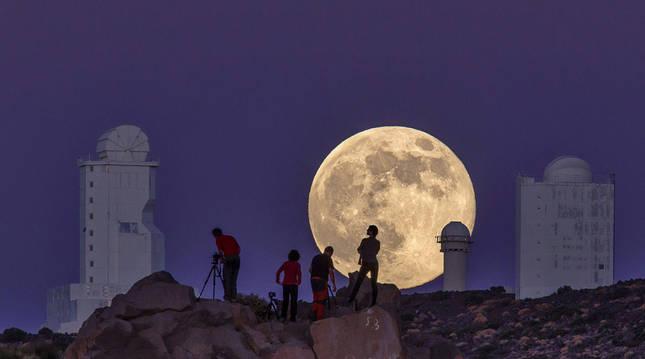 Fotografía facilitada por Daniel López de la superluna, tomada en el observatorio del Instituto de Astrofísica de Canarias (IAC) en el Teide, en Tenerife, en 2014.