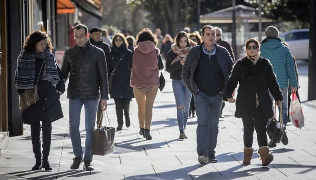 Varias personas transitan por una calle del Ensanche, ayer, durante una jornada de compras.