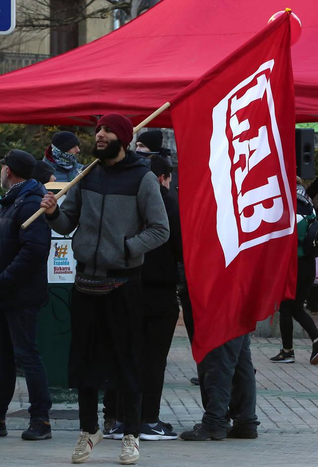 Un trabajador de Huerta de Peralta, durante la concentración del viernes ante el Parlamento.