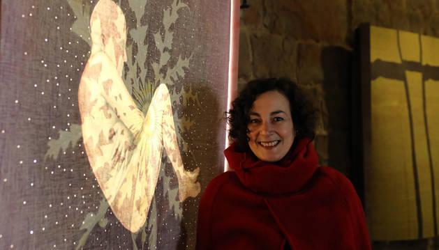 Zita Ayala, ante una de sus obras en la exposición del Horno de la Ciudadela de Pamplona.