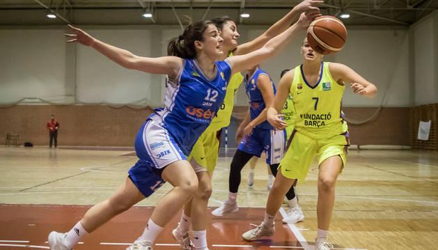 La alero Irantzu Etxeberria pelea por el balón ante el Barça ayer el encuentro que se celebró en el Polideportivo de Zizur Mayor.