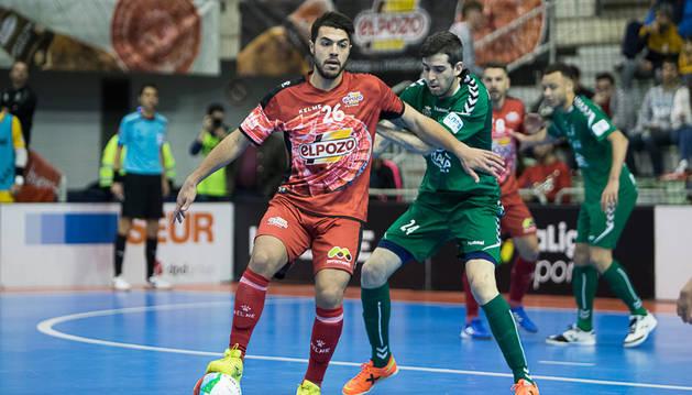 El cierre de Osasuna Magna Adri Ortego, que marcó su primer gol con el equipo navarro, trata de impedir el avance de Matteus, cierre rival.