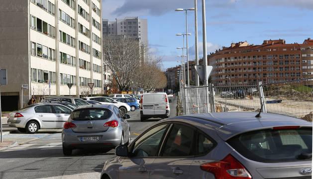 La avenida de Pamplona de Barañáin, reducida a un único sentido y con aparcamientos solo en un lado.