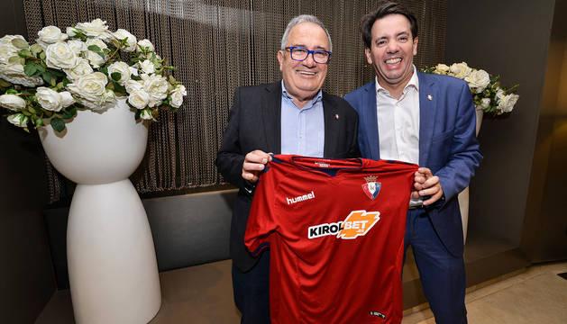 Luis Sabalza, presidente de Osasuna, y su hijo Pablo, el pasado viernes por la noche en Gran Canaria.