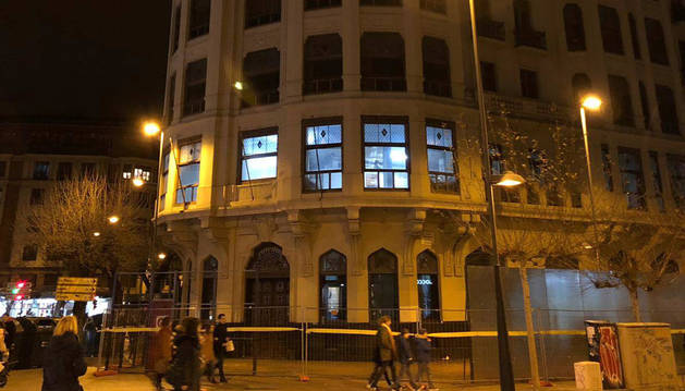 Edificio de la Vasco ayer, con luz abajo y el reloj, apagado.
